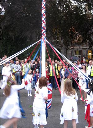 Maypole Dancing Castleton (c) somewhereintheworldtoday via Flickr