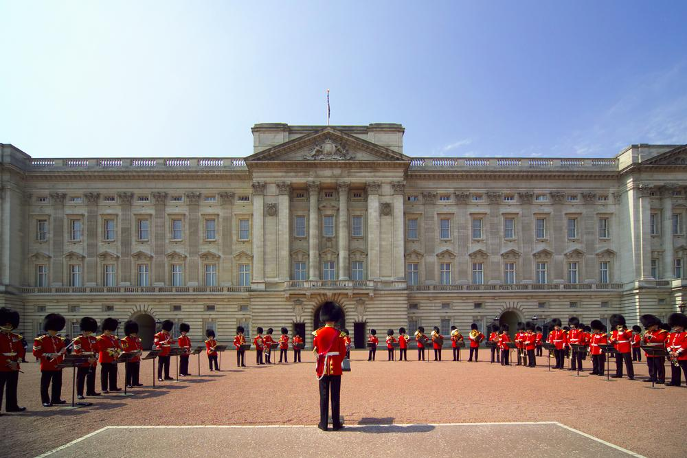 Soldiers Outside Palace  Buckingham. Buckingham Palace on AboutBritain com