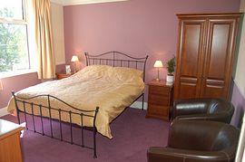 King-size double en-suite bedroom