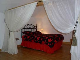 Four poster bed Sunset Cottage