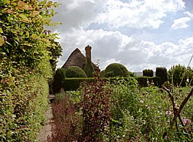 Garden of Alfriston Clergy House © Diana Hitchin