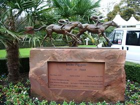 Statue to Lester Piggot at Haydock Park (c) Alexander P Kapp via Wikimedia Commons