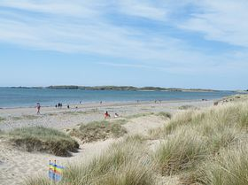 Newborough beach & dunes  © Eunice Ratcliffe