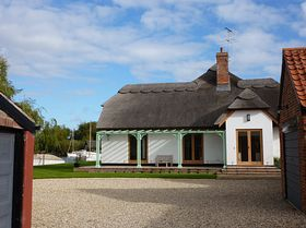 Thatched House next to The Broad ©  Peggy Cannell