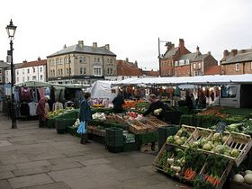 Thirsk Market Day  (c) Gordon Hatton Wikimedia commons