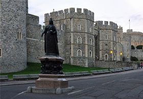 Queen Victoria's statue at the junction of Thames Street & Castle Hill. © Alan Whitehead